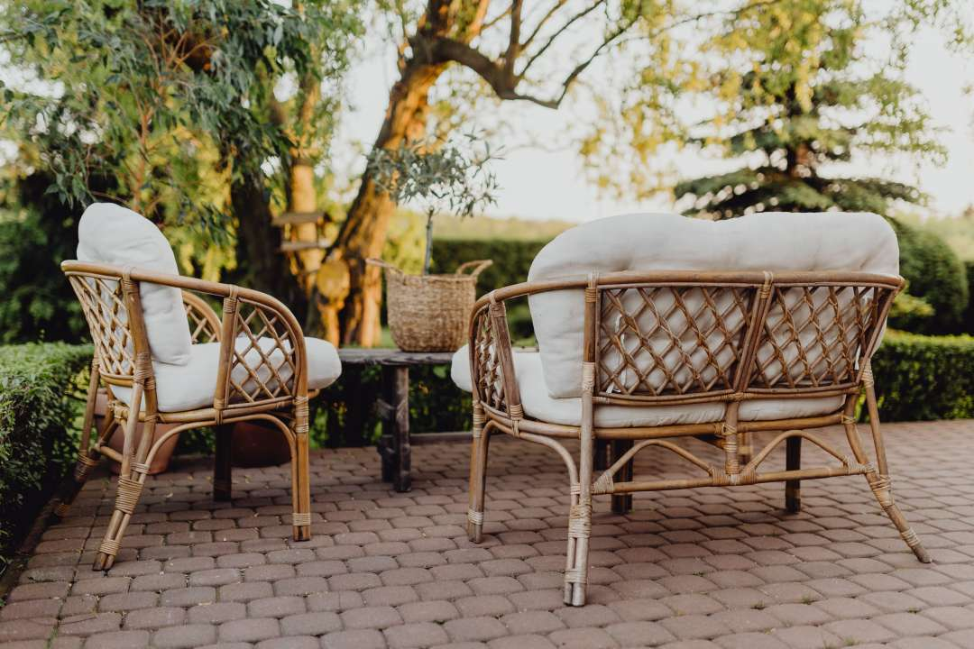 wicker loungeset met witte kussens